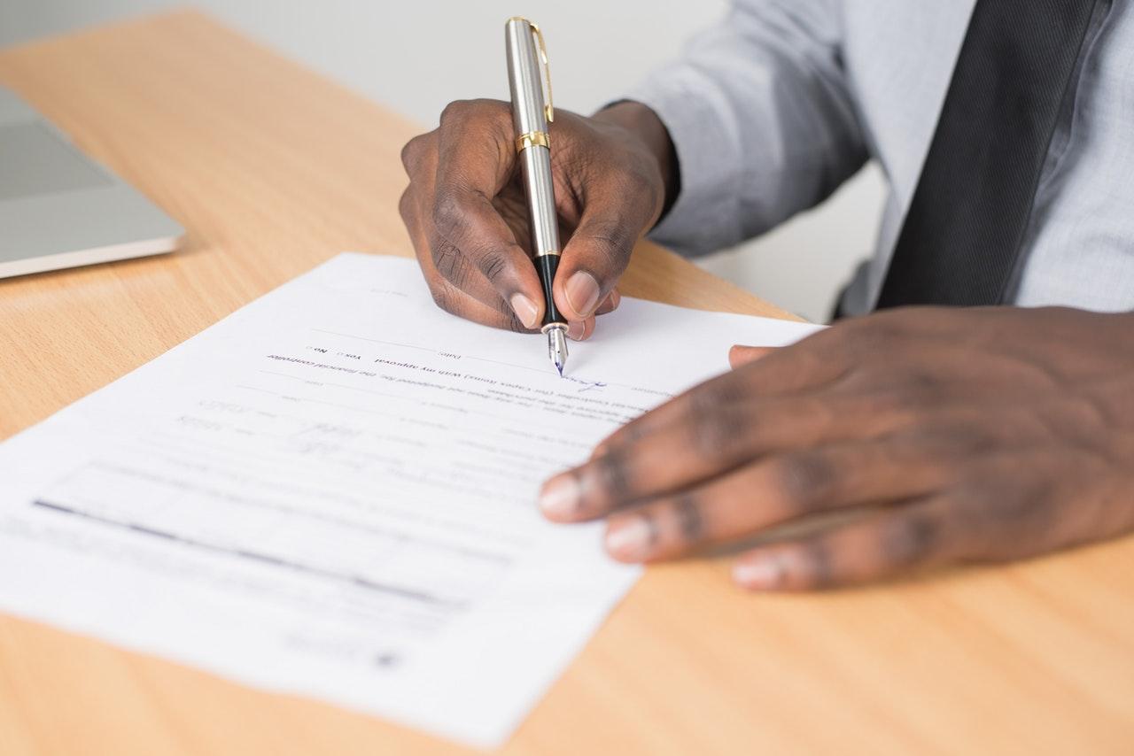行政書士の主要な仕事の一つである許認可申請業務について解説